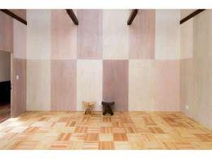 シラハマ校舎:サンブスギの床材は足触りがとても気持ちよいです。