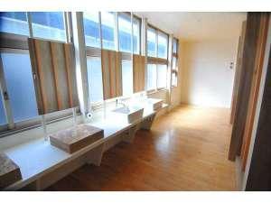 シラハマ校舎:シャワールーム洗面台