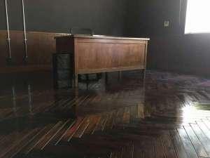 シラハマ校舎:ローズウッド材の床にプレジデントデスク。まるで書斎の様。