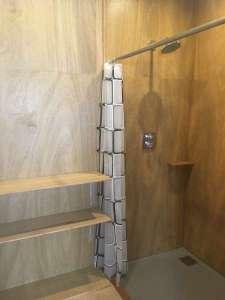 シラハマ校舎:清潔感のある木目板のシャワールームです。