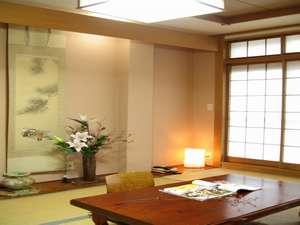 衣笠温泉旅館:写真の客室は4名様用です。ご利用人数により部屋の大きさが異なります。何卒ご了承下さい。