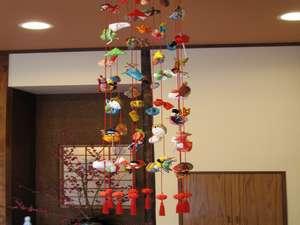 衣笠温泉旅館:女将手製釣るし雛年間を通じ四季の趣をご感じいただける様、館内を凝らしております。