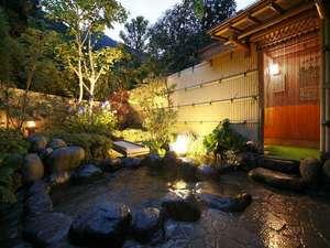 天然温泉100%の3種の無料貸切風呂の宿 山水荘:木々に囲まれた庭園露天風呂