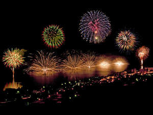 【洞爺湖ロングラン花火大会】 4月末~10月末に開催される、毎年恒例の一大花火大会(荒天時中止)