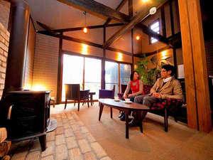 由布の彩 YADOYA おおはし :二名様専用の宿。ロビーではゆっくりとソファーに座ってお二人だけの時間を過ごすのもお勧めです。