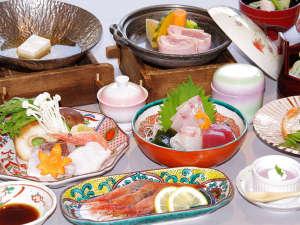 ホテル北陸古賀乃井(HMIホテルグループ):季節の野菜とコラーゲン入りの海鮮鍋や蟹の甲羅焼きなど全12品。「葵御膳」<12月~3月>
