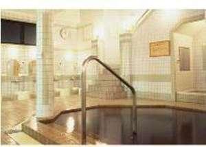 ホテル里杏:大浴場(男女別)茶褐色のとろりとした天然温泉。美人の湯とも言われるナトリウム-炭酸水素塩泉。