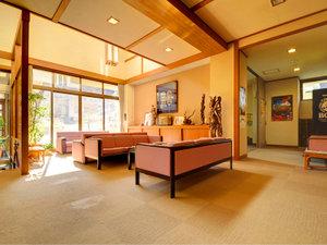 那須湯本温泉 鹿の湯源泉かけ流しの宿 旅館 清水屋:*足元まである大きな窓から光が差し込むロビー