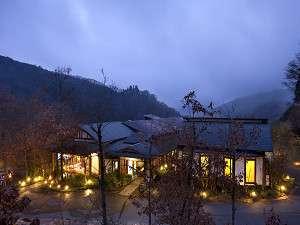 渓谷の宿 二匹の鬼 :外観写真(冬期)。夜には絶景の星空が広がる