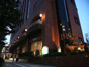 江陽グランドホテル:ライトアップされた美術館ホテルの噴水。