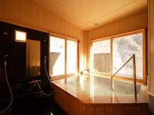 源泉かけ流しの宿 吟松亭あわしま:木の香漂う檜造りの貸切風呂「水芭蕉」で至福のひと時をお楽しみください。