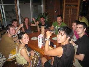 かぼすハウス別府はまゆう:夜はみんなで酒パーティ。さまざまな言葉が飛び交ってまさに海外留学気分。たくさんの旅人と出会えます。