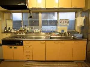 かぼすハウス別府はまゆう:【キッチン】 冷蔵庫、電子レンジ、炊飯器から調理器具、調味料まで付いてます。長期滞在にも便利です