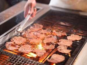 仙台 秋保温泉 ホテル瑞鳳(ずいほう):炭火で名物の牛タンを焼きたてでお召し上がり頂けます。