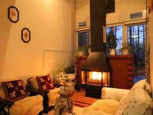 草津温泉わたの湯 ペンション.リシュモン:館内にある寛ぎの空間。冬は暖炉に火が入ります。