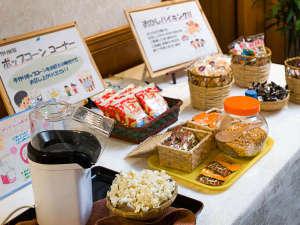 湯の山温泉 彩向陽(いろどりこうよう):寛ぎルーム『しゃくなげ』お菓子コーナー