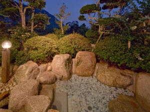 芳山園:家族風呂【乗実の湯】内湯と露天風呂を備えた貸切風呂