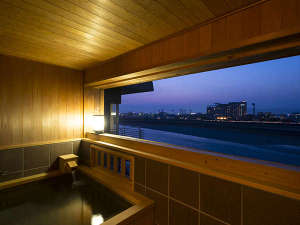 長良川温泉 十八楼:【特別室・清涼の間】檜造りの露天風呂