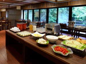 宝川温泉 汪泉閣:【ご朝食バイキング】宝川の自然を眺めながらお召し上がり頂けます。