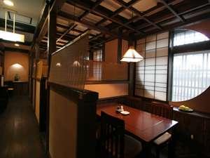 3つの無料貸切風呂・全室禁煙の美食宿 湯田川温泉 珠玉や:どこか懐かしい雰囲気の食事処