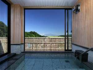 3つの無料貸切風呂・全室禁煙の美食宿 湯田川温泉 珠玉や:窓を開けると半露天風呂になる展望貸切風呂