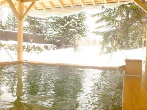ヒノキが香る露天風呂で雪見温泉を堪能(女性用露天風呂)