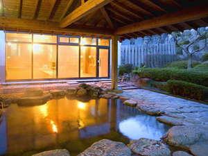 珠玉の湯 薬師堂温泉:【露天風呂】自然が織り成す景観を眺めながらゆっくりと湯船に浸かる贅沢。