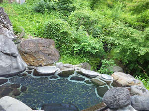 上塩原温泉 源泉かけ流し100%「しわけしの湯」和楽遊苑:*【温泉】開放的な空間の露天風呂では、新緑、紅葉など四季の変化を楽しみながら、入浴できます。