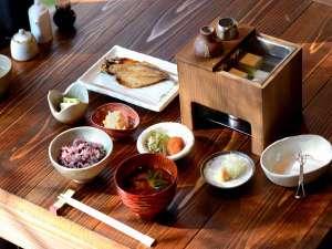 養生館はるのひかり:ご朝食(一例)もち麦と古代米入りのご飯 自家製納豆<370Kカロリー未満>