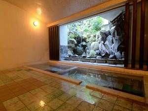 養生館はるのひかり:1F浴場(浴槽数2)100%源泉かけ流し。左から「あつ湯」「いい湯」※冬季は閉窓。