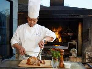 小田急 箱根ハイランドホテル:薪火のかまど「ガーデンブロッシュ」料理人らが丹念に調理し、テーブルへと運ばれます
