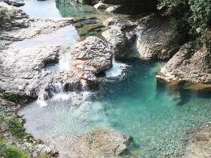 【甌穴(おうけつ)】県指定天然記念物。130m程の間に、大小あわせて8つの甌穴があります。