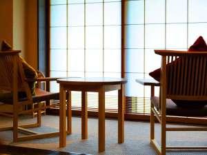 ■源泉掛け流し半露天風呂付き客室■ゆったり寛ぐ広縁は窓が大きく、四季を存分に楽しめる眺め。