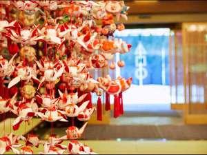 ■吊るし雛■一つ一つ手作りの吊るし雛、ロビーを華やかに彩ります