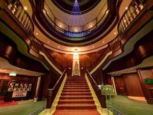 エーヴランド ホテル&ゴルフクラブ:*【ロビー】英国の古城を思わせる独特の造形美と雰囲気に圧倒されます。