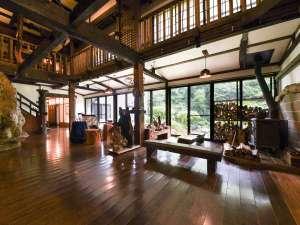 嵯峨塩鉱泉嵯峨塩館:*【ロビー】大きな窓から四季の移り変わりを、そして吹き抜けとレトロな家具などがお楽しみいただけます。
