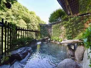 嵯峨塩鉱泉嵯峨塩館:*【露天風呂】渓谷を見下ろし、川のせせらぎを聞きながら、やわらかいお湯。何度でもゆっくりどうぞ。