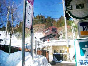 とても便利です。ひさ家の目の前がゲレンデ直行の登降リフト乗り場。ひさ家宿泊でらくらくスキー。
