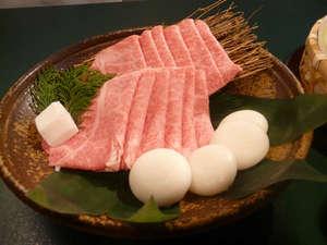 但馬牛すき焼きコース。見事なピンク色のお肉です。(写真はイメージです)