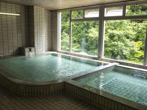 野迫川温泉 ホテルのせ川:PH10.4の強アルカリの温泉浴室の窓の外は緑がいっぱい!!日帰り湯もご利用できます。