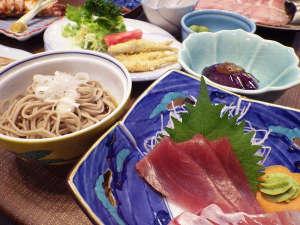 湖畔の宿 藤屋旅館:*【夕食例】地もの以外にも、日本海の魚介類などを使ったメニューが加わります。