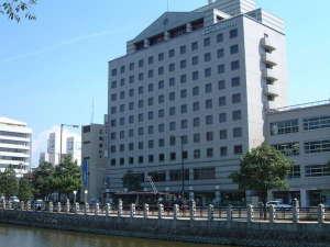 東京第一ホテル松山:ホテル外観 & 坊っちゃん列車