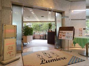 東京第一ホテル松山:1F-ルミエール (洋食レストラン店前):堀之内公園の景色を眺めながらお料理を楽しめます。