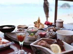 白石島・お多福旅館:海を眺めながらの夕食。