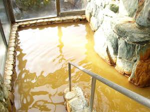 【岩風呂】美人の湯と知られる赤褐色の温泉。とろっとした肌ざわりでお肌しっとり♪