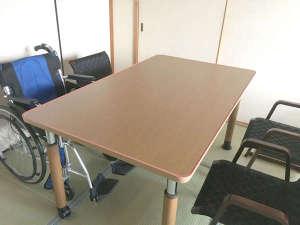 【テーブル席】テーブルの高さ調整ができるので、車いすの方もそのままお食事ができます。