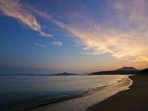 ■当館より徒歩1分の菊ヶ浜海岸/青い海、波音、潮風に癒されそう。