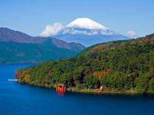 元箱根からの景色。芦ノ湖越しには鮮やかな富士山もご堪能頂けます。