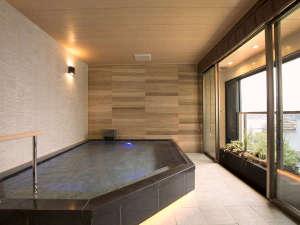 4階の温泉浴室「芦ノ湖の湯」(半露天風呂)