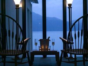 エレベーターホールから夕暮れの芦ノ湖を望む